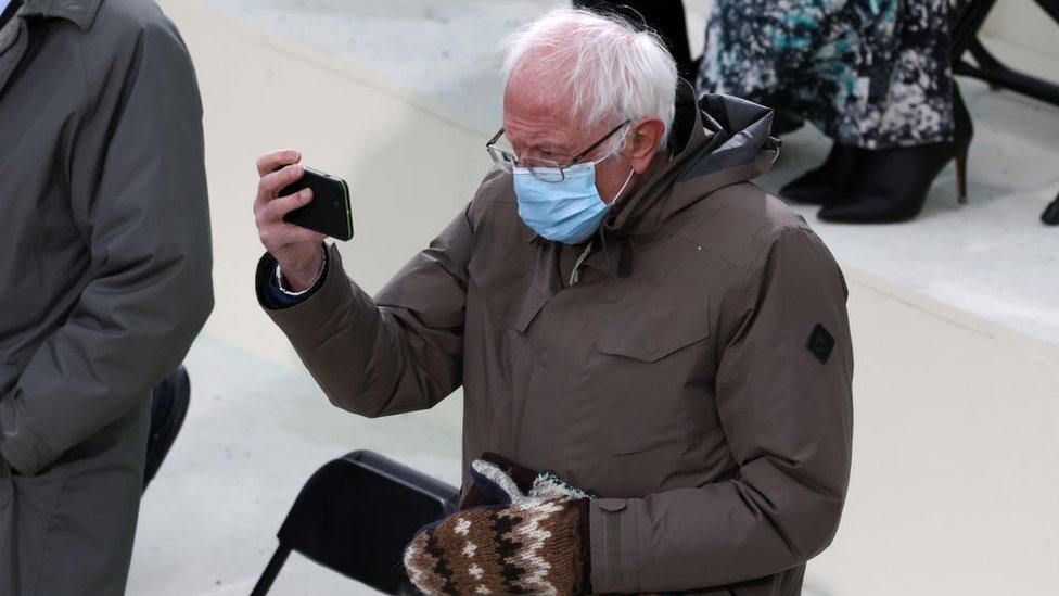 Bernie Sanders toma una foto