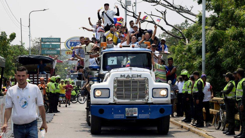 Los camiones con la ayuda humanitaria deberán permanecer en Colombia, al menos, hasta que ese país reabra la frontera.