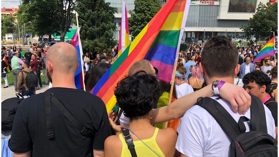 Policija još nije saopštila procenu broja učesnika, a lokalni mediji navode da je u Povorci učestvovalo više od hiljadu ljudi.