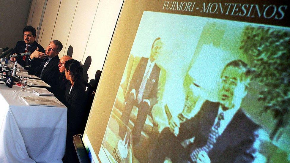 Una foto del expresidente Alberto Fujimori y Vladimiro Montesinos se exhibe durante una conferencia de prensa del embajador de Perú en Japón, Luis Macchiavello, en la Embajada en Tokio, el 16 Octubre de 2004.