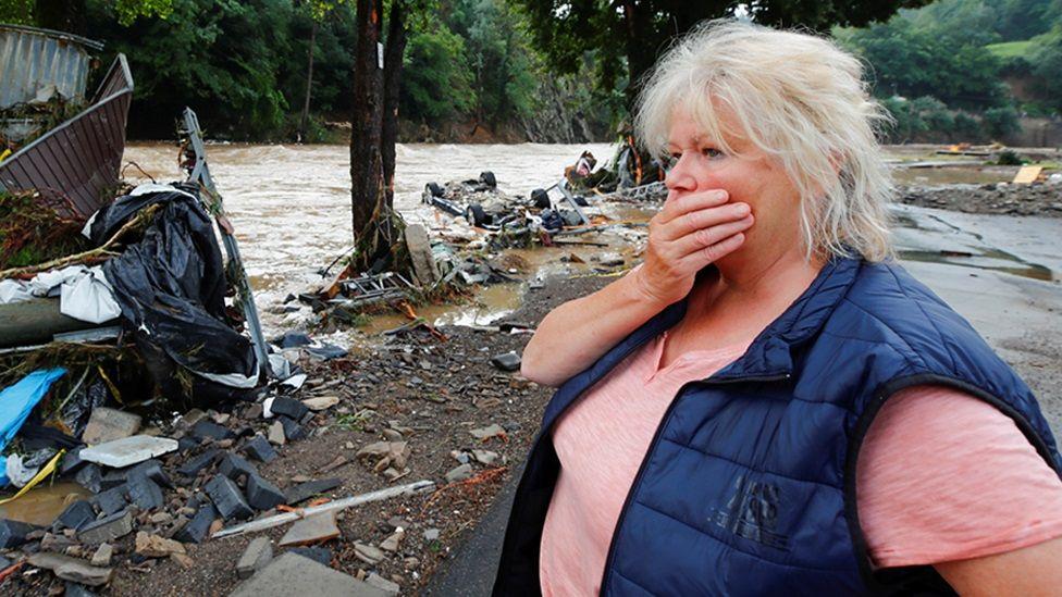 سيدة ألمانية تنظر بصدمة إلى مياه نهر فاض عن ضفتيه