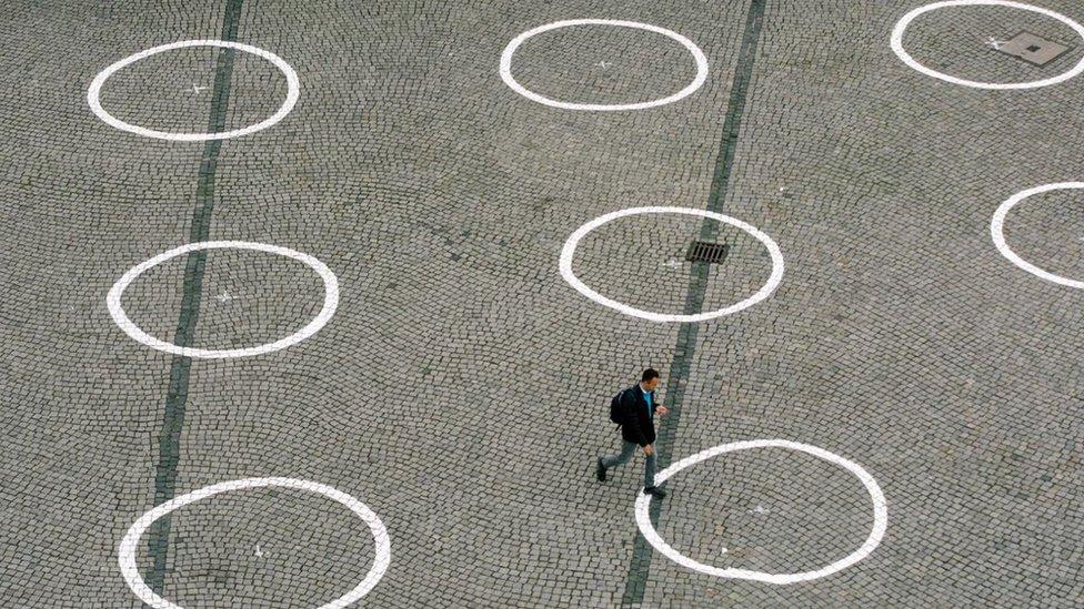 Hombre camina sobre círculos.
