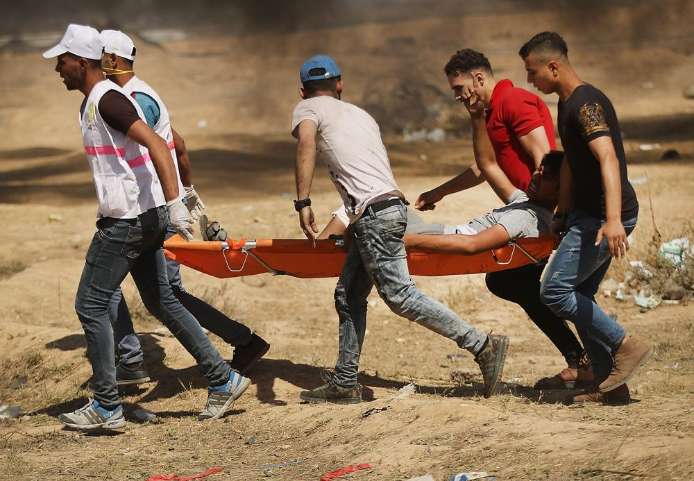 Servicios de emergencia evacúan a un palestino herido