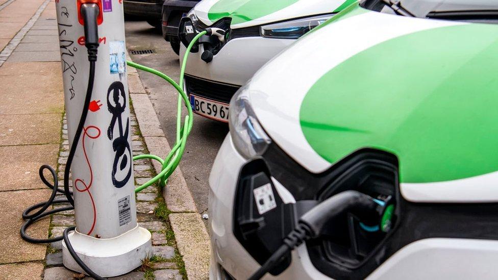 在許多城市,可以見到越來越多的電動車充電樁出現。
