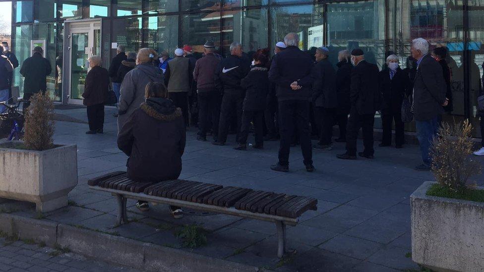 Red u Skoplju ispred banke