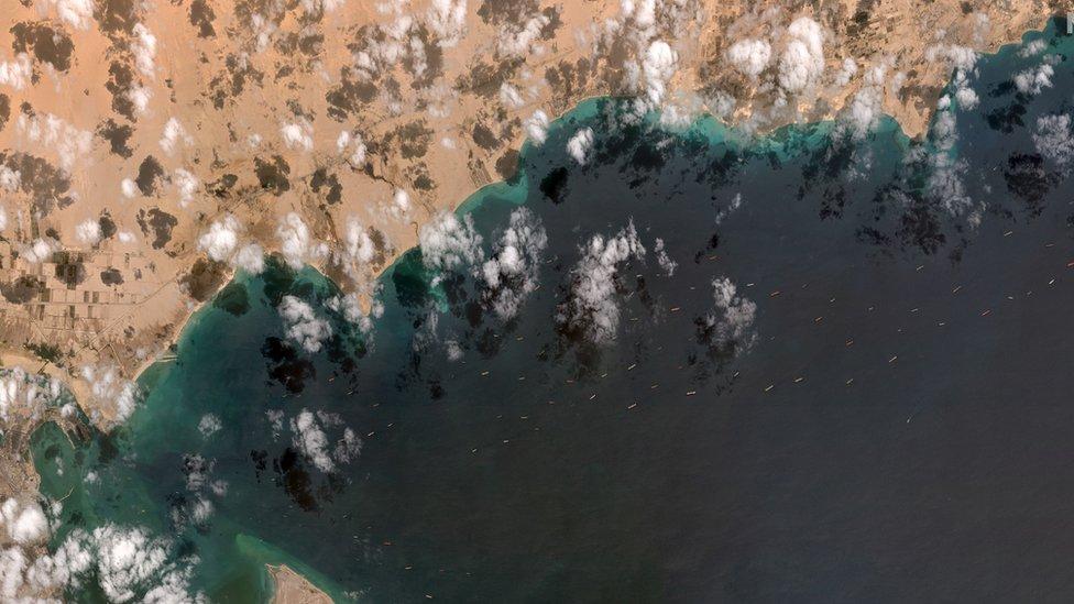 Barcos paralizados en el Canal de Suez