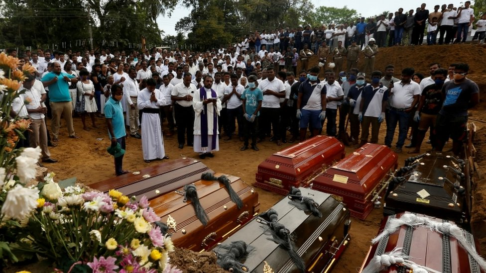 مشيعون يشاركون في جنازة سبعة أفراد من أسرة واحدة قتلوا في التفجيرات.
