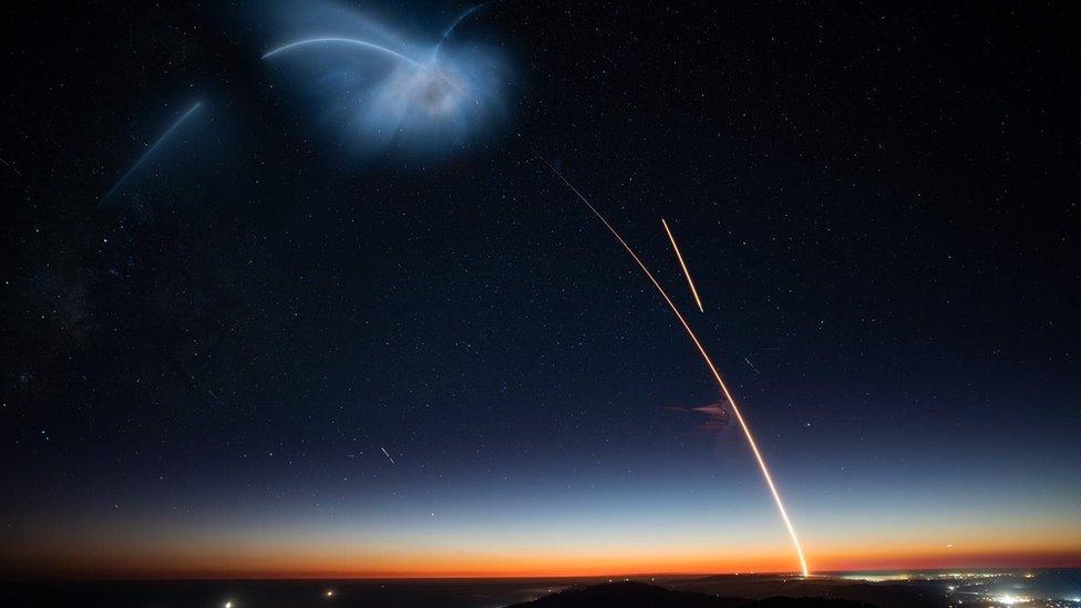 Imagen del cielo en California tras el lanzamiento de Falcon 9 de SpaceX.