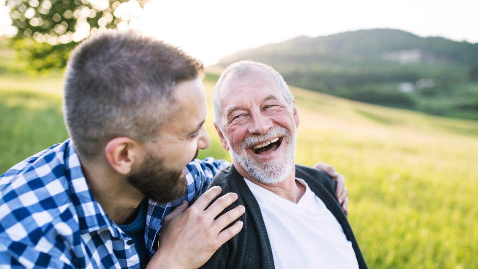 Un hombre joven con su padre anciano