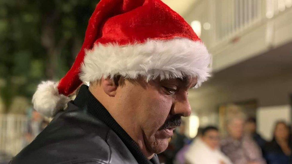 Manny Flores rezando en Navidad.