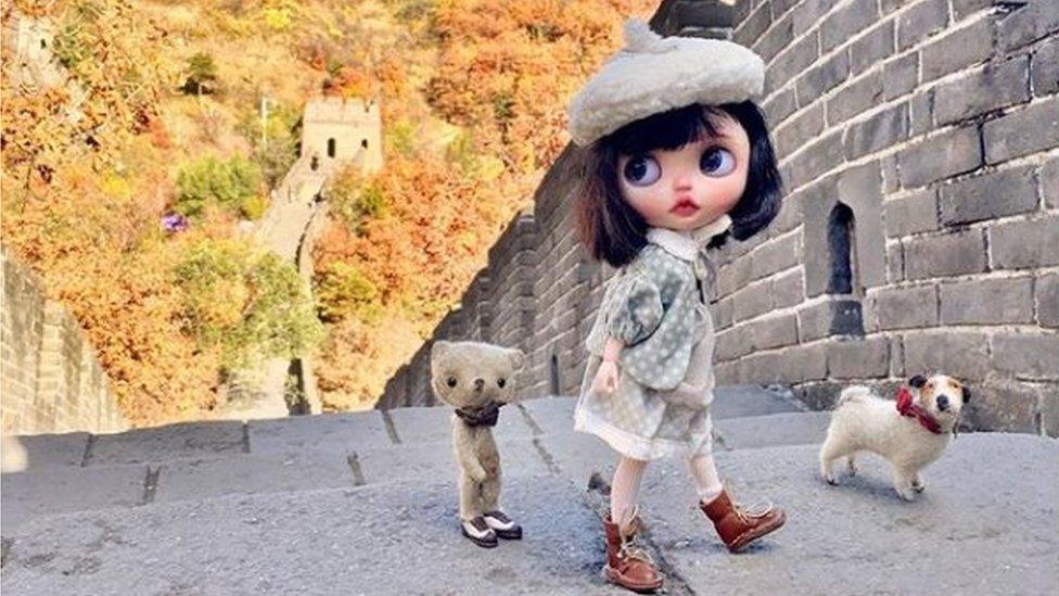 Muñeca en la Gran Muralla de China