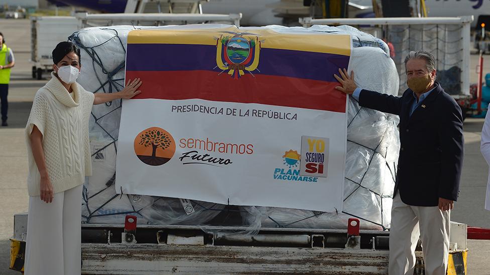 El ministro de Salud de Ecuador, Juan Carlos Zevallos, y la vicepresidenta ecuatoriana, María Alejandra Muñoz, posan junto a un contenedor con las primeras 8000 dosis de la vacuna Pfizer/BioNTech a su llegada al aeropuerto de Quito, el 21 de enero pasado.