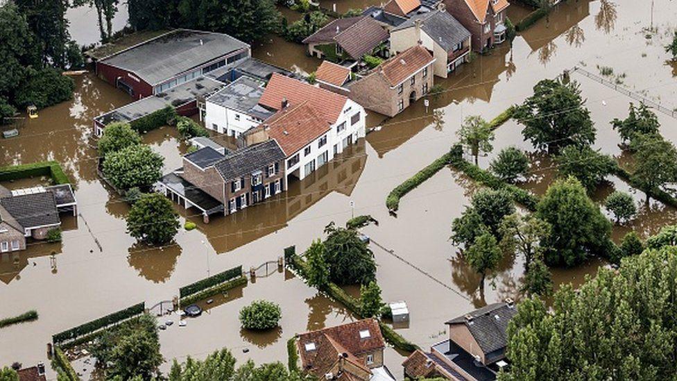 المياه فاضت فوق ضفاف نهر موس في بلجيكا وغمرت المناطق المجاورة.