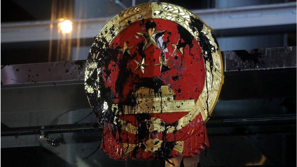 中聯辦大樓曾經成為香港示威者的目標,向大樓外的中國國徽潑墨塗污。