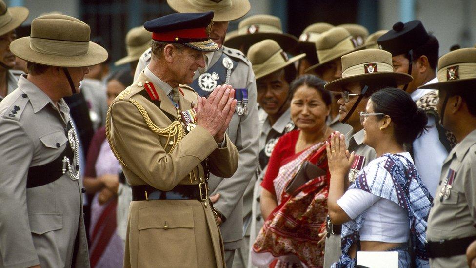 菲利普親王(左二)向一位駐港英軍廓爾喀軍團士兵女眷合十致意(23/10/1986)