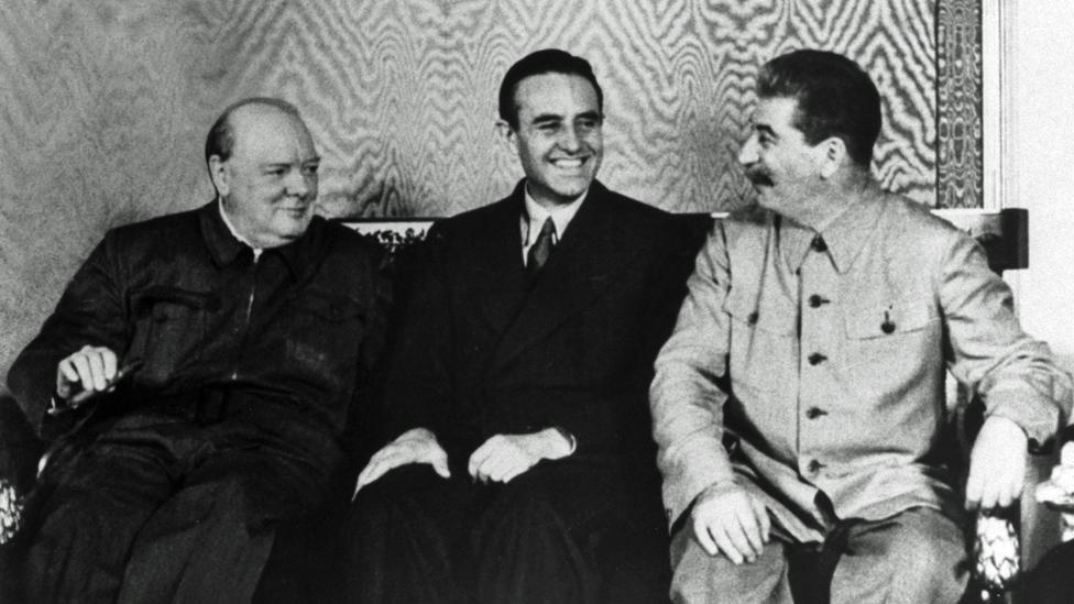Una imagen tomada en el Kremlin que muestra al embajador estadounidense Averell Harriman, entre Winston Churchill y Joseph Stalin.