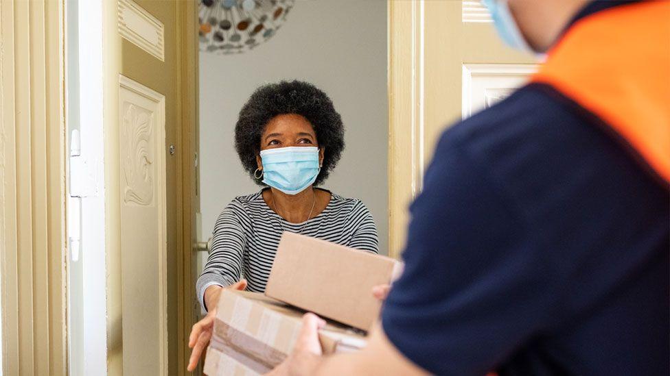 Mujer recibe una caja