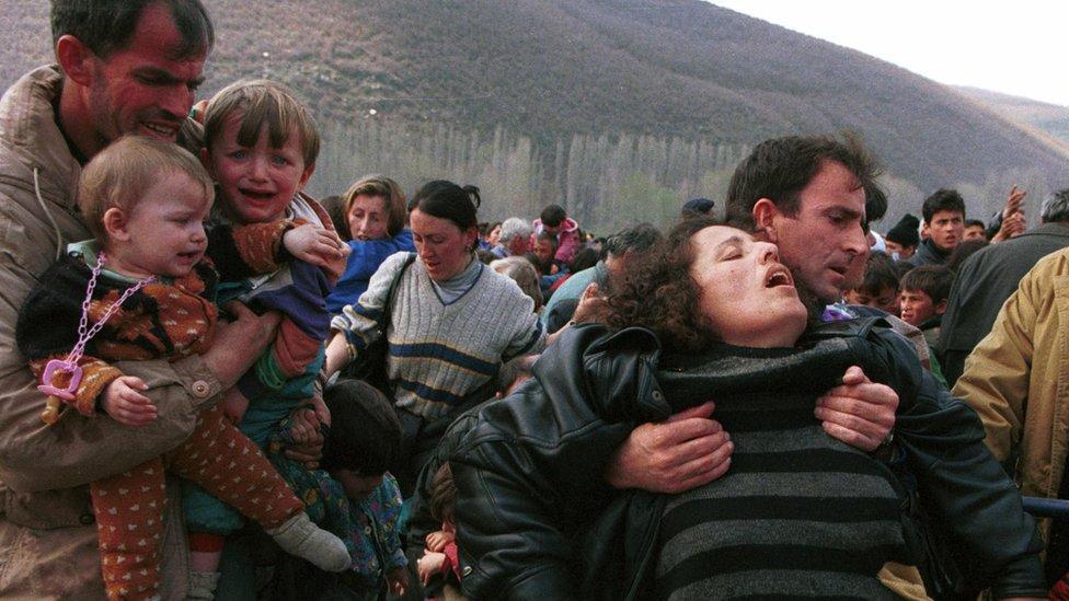 Familias escapan de Kosovo durante la guerra.