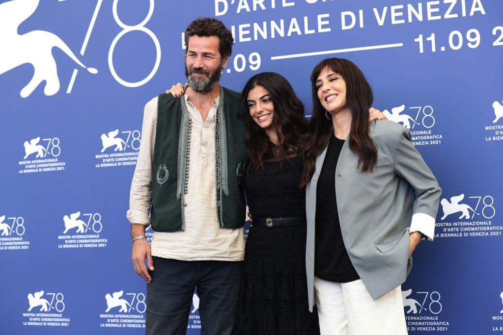 """المخرجة اللبنانية منية عقل، تتوسط بطلي فيلمها """"كوستا برافا"""" نادين لبكي وصالح بكري"""