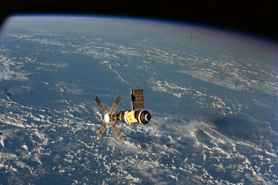 Skylab con la Tierra detrás.