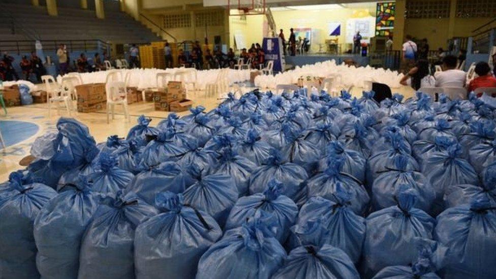 المسؤولون يجهزون إمدادات الغذاء والإغاثة للسكان المتضررين