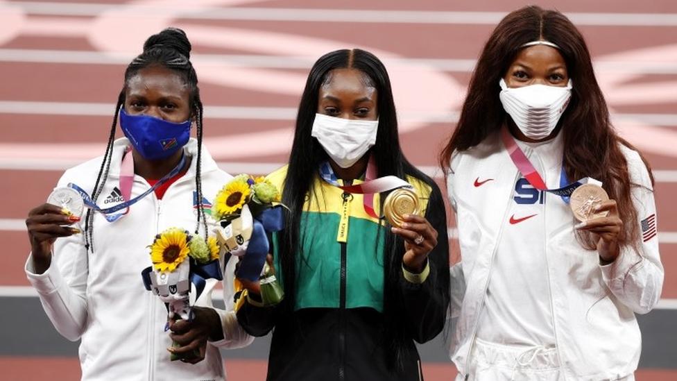 Gabby Thomas (derecha) en el podio, con su medalla de bronce