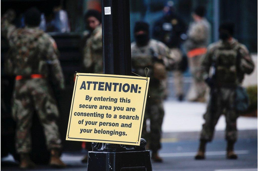 1月16日,美國國民警衛隊成員在國會大廈附近警戒。