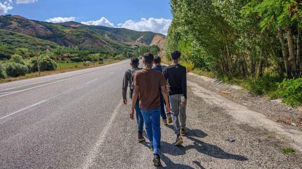 Los migrantes deben estar preparados para todo, incluso caminar grandes distancias