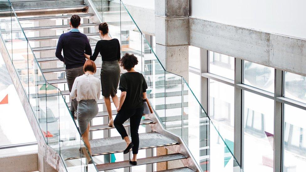Gente subiendo escaleras