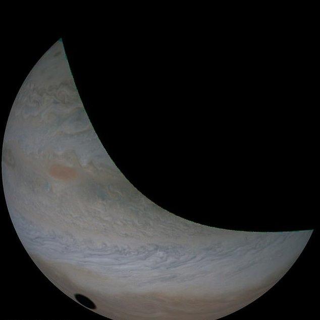 La sombra proyectada por Io sobre Júpiter está mucho más definida que la que deja la Luna en la Tierra durante un eclipse solar.