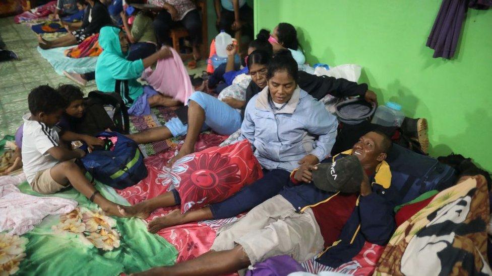 Familias en refugios.