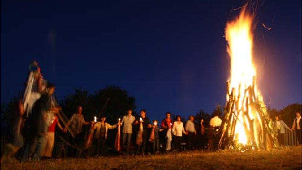 Strndžanje, Vlasi, vatra