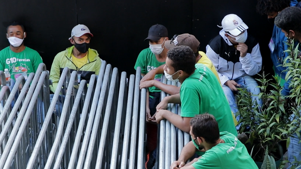 Jovens na sede da associação comunitária G10 Favelas, em Paraisópolis