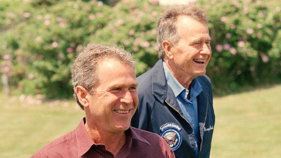 George Bush junto a su padre en 1999.