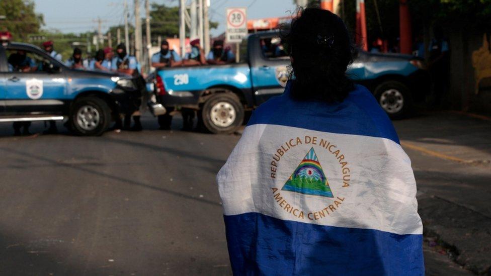 Un estudiante frente al bloqueo de la policía en el ingreso a la iglesia Divina Misericordia de Managua.