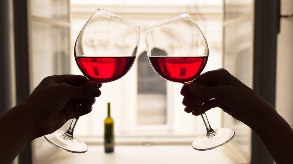 Dve čaše koje nazdravljaju