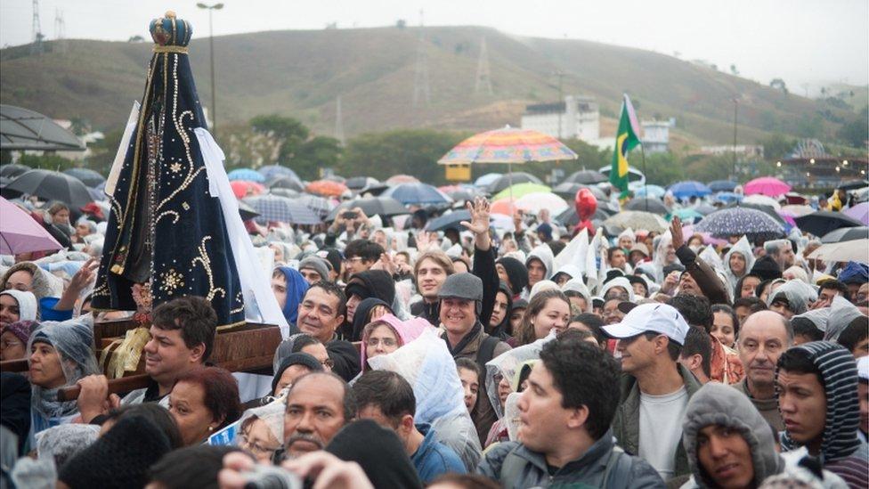 Milhares de fieis na cidade de Aparecida em 2013, para acompanhar visita do papa Francisco