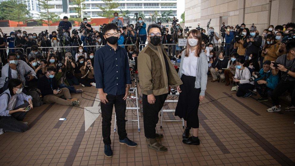 周庭(右)、黃之鋒(左)、林朗彥(中)在香港西九龍法院大樓外(23/11/2020)