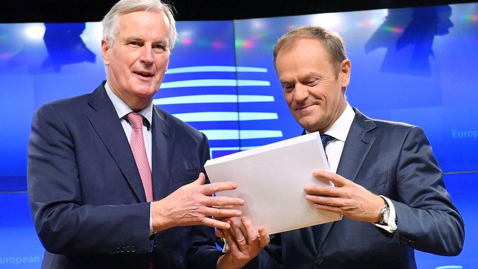Barnier le entrega a Tusk el acuerdo de separación