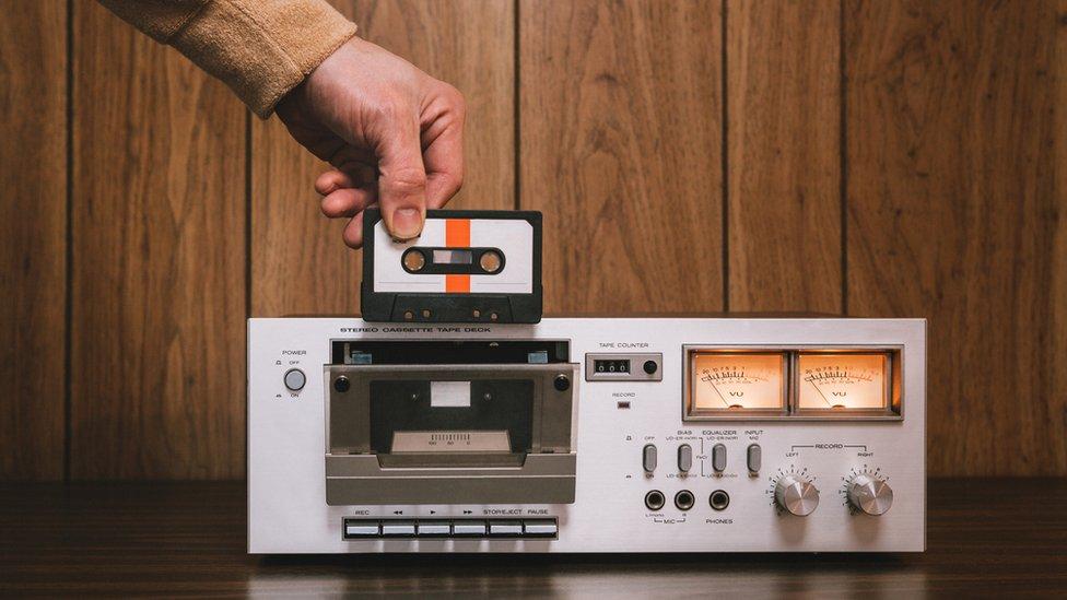 Radio antigua con plaqueta para grabar con cinta.