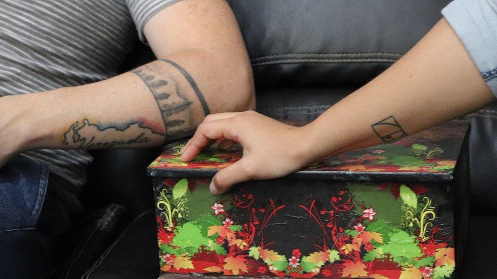 Angelis Quiroz y Jhosman Paredes con la caja en la que guardan las cartas que intercambiaron en el Helicoide.