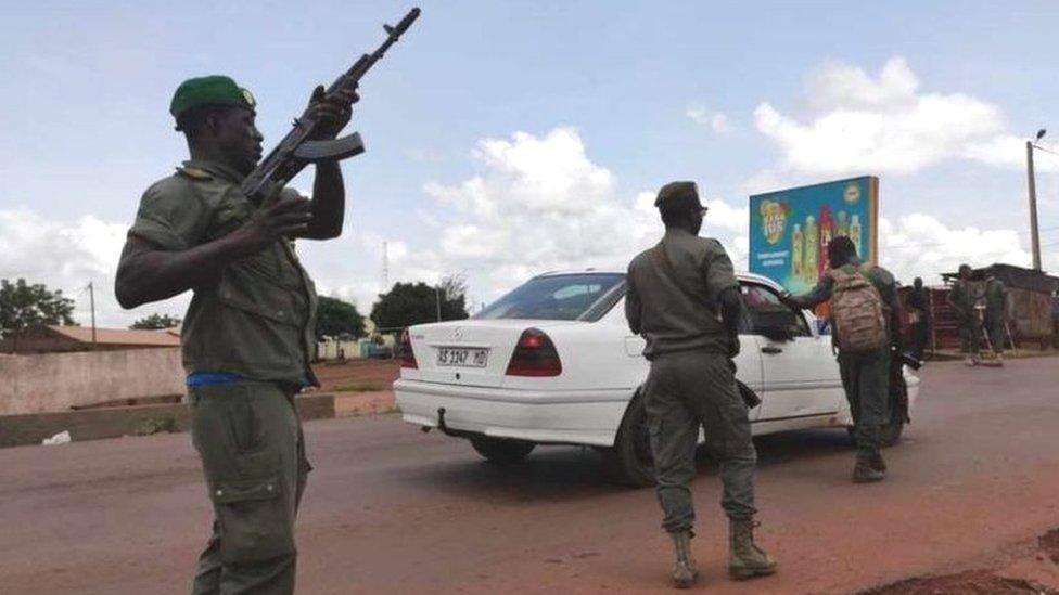 Soldados patrullando luego de se oyeran disparos en un campamento militar en Bamako, este martes.
