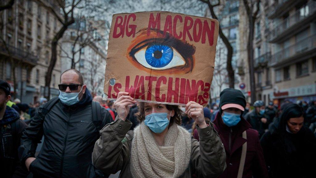 Франция законом защитила анонимность полицейских, несмотря на протесты