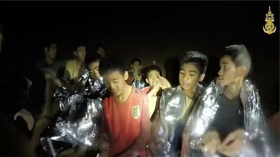 علق الأطفال ومدربهم في الكهف بعد هطول أمطار غزيرة أغرقت مدخله