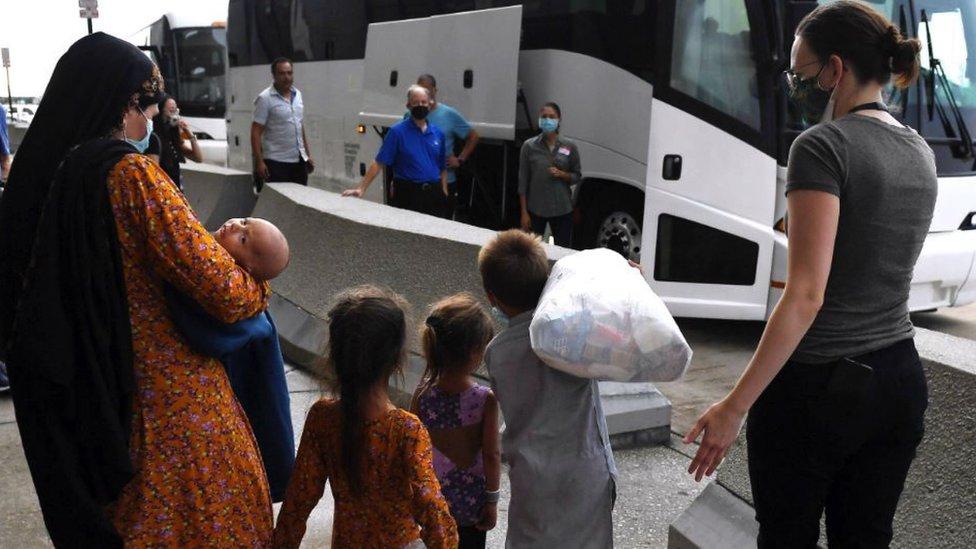 Keluarga Afghanistan tiba di bandara AS.
