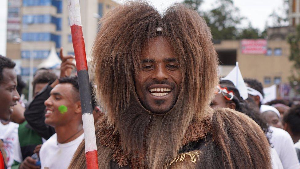 """رجل يرتدي """"دآبي"""" مصنوعة من جلد قرد في مهرجان الشكر لمجموعة """"أورومو"""" العرقية في العاصمة الإثيوبية أديس أبابا في شهر أكتوبر/تشرين أول."""