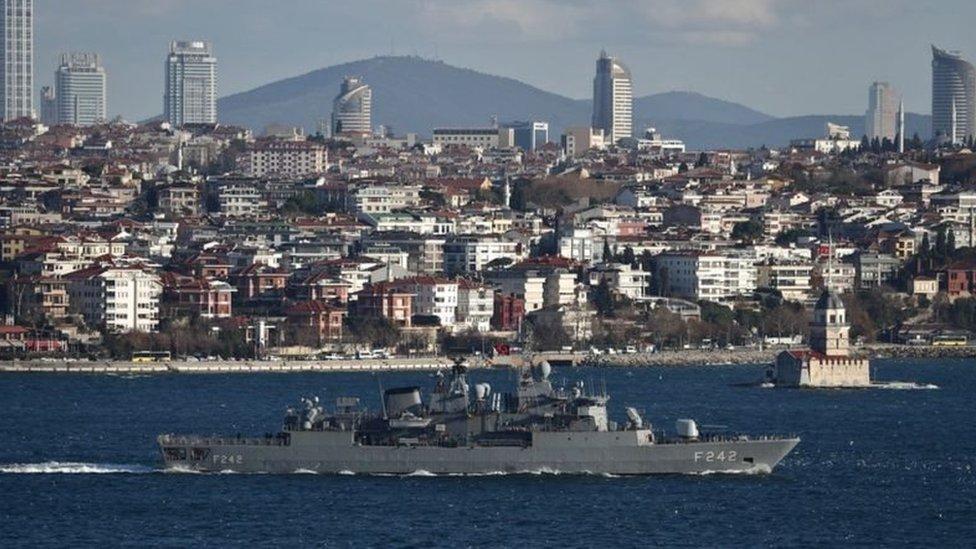 İstanbul Boğazı'ndan geçen bir savaş gemisi