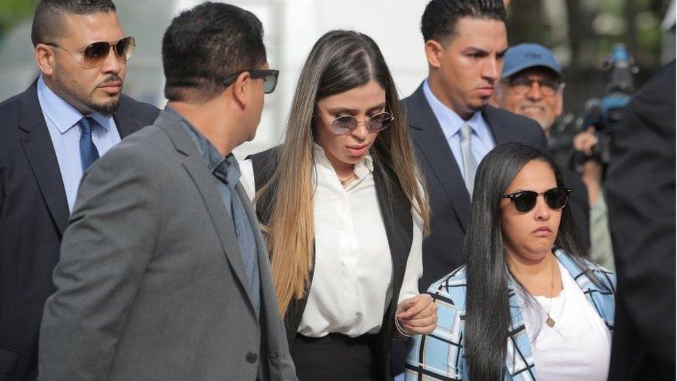 زوجة غوزمان، إيما كورونيل، خارج المحكمة