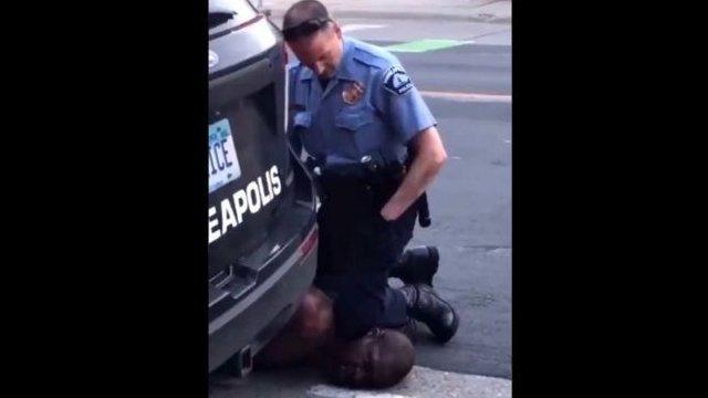 El oficial blanco de 44 años que inmoviliza a Floyd en el video ha sido identificado como Derek Chauvin
