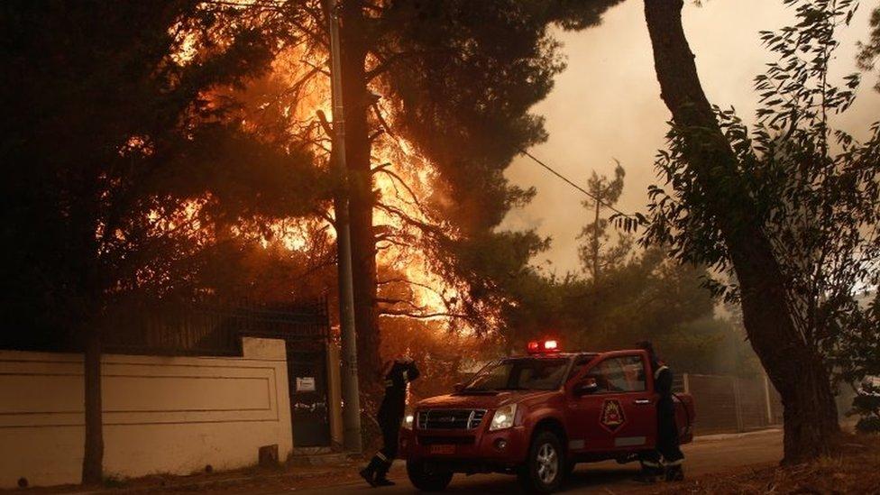 Vatrogasci rade na tome da zauzdaju vatru u oblasti Stamata